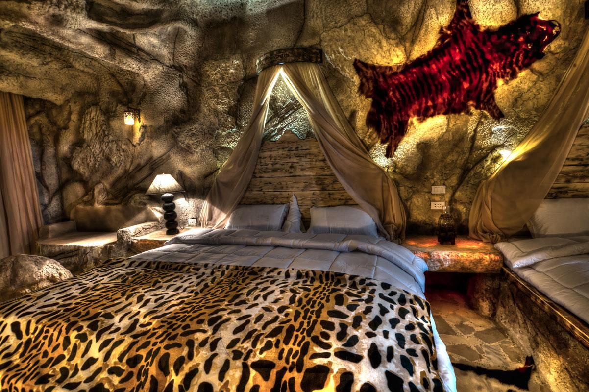 I Sverige har vi Ishotellet i Jukkasjärvi. Nu öppnar Cave Beach Resort i Hurghada.